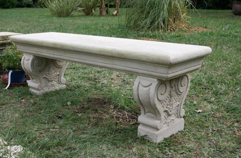 un banc en pierre