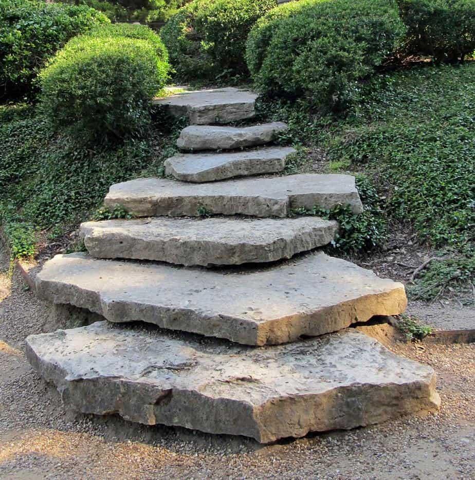 escalier extérieur en pierre non taillée